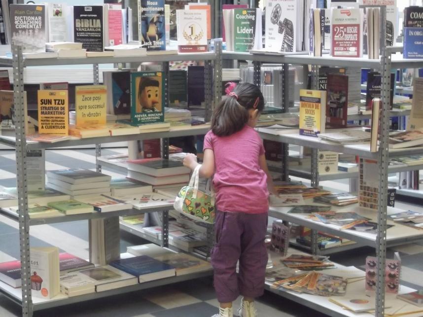 o fetiță atrasă de cărțile din Caravana BookLand